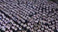 Ученици участват в глобалната кампания One Billion Rising в Деня на влюбените с искане за край на насилието срещу жените в католическо училище в Манила, Филипините.