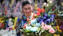 Жена продава цветя за Деня на влюбените на уличен пазар в Калкута, Индия.