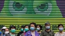 Улични чистачи със защитни маски срещу коронавируса чакат на опашка за нови маски в Хонконг, Китай.