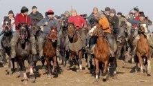 Над 500 киргизки ездачи участват в традиционната игра аламан-улак на 30 км от Бишкек, Киргизстан.