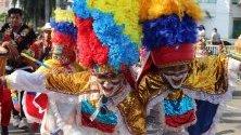 Деца в костюми участват в Детския фестивал в Баранкийа, Колумбия.
