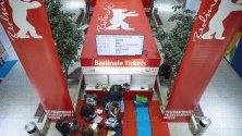 """Фенове чакат за билети цяла нощ преди началото на фестивала """"Берлинале"""", който започва на 20-и февруари."""