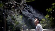 Мъж се освежава пред вентилатори с вода по време на финала на ATP 250 в Буенос Айрес, Аржентина.