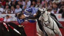 Испанецът Пабло Ермосо де Мендоса в битка с бика Чаро по време на боеве Temporada Grande  с бикове в Мексико сити.