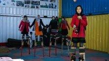 Група момичета тренира жонглиране и ходене с кокили в мобилен мини цирк в Кабул, Афгтанистан. Организацията Mobile Mini Circus for Children (MMCC) окуражава младите хора да се образоват.