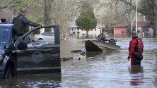 Спасители помагат на местни жители да се евакуират след преливане на река Пърл в Джаксън, Мисисипи, САЩ.