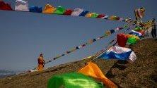 Разпъване на знамена преди началото на фестивала Buddha Sunning в Хонконг, Китай.