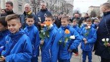 """Ръководството, футболисти и фенове на """"Левски"""" поднесоха венци и цветя пред своя патрон."""