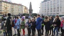 Стотици хора се стекоха пред Паметника на Васил Левски в столицата, за да отдадат почит пред делото и подвига на Апостола на свободата.