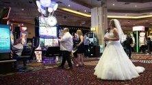 Булка се разхожда между игралните машини в казино MGM Grand casino в Лас Вегас. Всяка година там се сключват около 120 000 бракове.