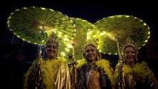Празнуващи жени `Xoves Comadres` по време на карнавала във Верин, Испания. По време на тази нощ жените стават господарки на улиците.