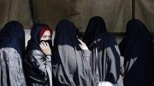 Иранки в Техеран чакат, за да гласуват на парламентарните избори.