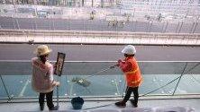 Чистачки почистват край пистите на Формула 1 Гран При в Ханой, Виетнам.