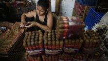 Жена реди пури в община Пиедекуеста, Колумбия. Там се произвеждат около 30 милиона пури на месец, в което участват 4000 семейства. Заради контрабандата обаче този бизнес бележи спад от 30%.