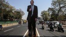 Плакат на американския президент Доналд Тръмп по улиците на Ахмедабад, Индия, по повод посещението му.