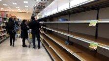 Празни рафтове в супермаркет в Милано, Италия, заради презапасяване със стоки от първа необходимост заради коронавируса.