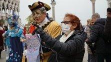 """Туристи в защитни маски срещу коронавируса се снимат на площад """"Сан Марко"""" във Венеция, Италия."""