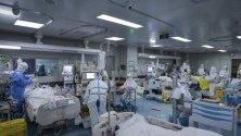 Медицински служители работят в интензивно отделение в болницата, създадена специално за заболели от коронавирус в Ухан, Китай.