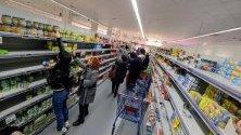 Празни рафтове в супермаркет в Палермо, Италия, заради презапасяване от опасения за коронавируса. Над 200 са заразените в страната, седем - починалите.