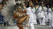 Самба училището Mocidade Independente de Padre Miguel участва в парада по самбодрома на карнавала в Рио де Жанейро.