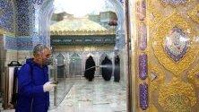 Служител дезинфекцира заради коронавируса помещения в джамия в Ком, Иран. Над 60 са вече заразените в страната, а 12 починалите.