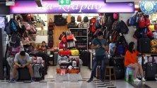 Продавачи стоят без клиенти в търговски център в Банкок, Тайланд. Икономиката вече отбелязва негативни последствия от коронавируса заради отлив на туристи, особено тези от Китай.