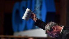 Баварският премиер Маркус Зьодер вдига наздравица с бира по време на среща на Християн-социалния съюз в Пасау, Германия. Всички германски политически партии по традиция провеждат срещи на първия ден от началото на Великите пости в католическия свят.