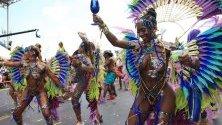 Членове на групата Lost Tribe танцува на сокадром в Порт ъф Спейн, Тринидад и Тобаго.
