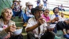 Хора останали без дом се хранят в Итуанго, Колумбия. Местните фермери са принудени да напуснат домовете си в селските райони заради нарасналите престъпления от криминални групировки.