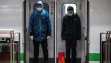 Хора със защитни маски срещу коронавируса в метрото в Шанхай, Китай.