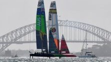 Отборите на Австралия и Испания минават край моста в Сидни по време на тренировка преди състезанието SailGP.