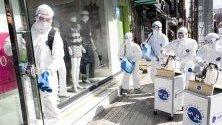 Служители чистят с дезинфектанти срещу коронавируса в Сеул, Южна Корея.