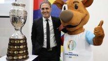 Бившият капитан на аржентинския национален отбор по футбол Оскар Руджери и талисмана на Копа Америка 2020, наречен Пибе, позират до трофея на първенството в Богота, Колумбия.