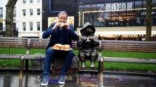 """Британският актьор Хю Бонвил открива статуя на мечето Падингтън на """"Трафалгар скуеър"""" в Лондон, Великобритания."""