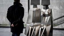"""Посетител разглежда скулптурата """"Седящи фигури"""" на Лин Чадуик в музея """"Лембрук"""" в Дуизбург, Германия."""