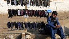 Пакистанец продава защитни маски срещу коронавируса в Пешавар.