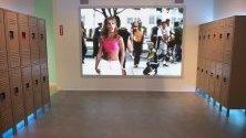 Вещи и превъплъщения, отразяващи музикалната кариера на Бритни Спиърс, изложени в Britney Spears The Zone в Лос Анджелис.
