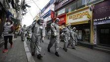 Войници разпръскват дезинфектант по улиците на Сеул, Южна Корея, като мярка срещу коронавируса.