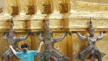 Турист с предпазна маска позира за снимка пред храма на смарагдовия Буда в Банкок, Тайланд. Туристите в страната са паднали с 6 милиона до най-ниското ниво от 4 години.
