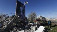 Родителите на палестинската затворничка Язан Мухамис разглеждат руините на къщата й, съборена от израелски танкове, на Западния бряг. Тя е обвинена в атентат край Рамала, при който загина израелец.