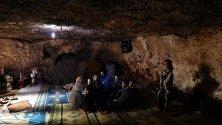 Сирийци без дом са се приютили в подземен бункер край Идлиб, сирия. Девет семейства с 38 деца живеят в две бомбоубеджища.
