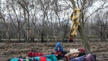 Семейство мигранти спи край река Тунджа, край Одрин, в опит да премине гръцката граница.