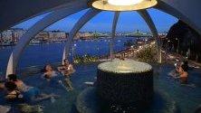 Посетители на термален басейн Rudas в Будапеща, Унгария - популярна средновековна турска баня и сауна.