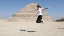 Туристка позира пред пирамидата на фараона Джосер в Гиза, Египет. Пирамидата отново е отворена за посещения след реставрация от 2006 г.