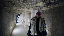 Работник във входа на погребалната камера в пирамидата на фараона Джосер в Гиза, Египет. Пирамидата отново е отворена за посещения след реставрация от 2006 г.