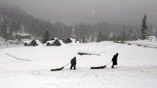 Жители на Кашмир теглят шейните си из ски-курорта Гулмарг по време на традиционните зимни спортни надпревари.