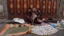 Продавачи на пазар в стария квартал на Сана, Йемен. Страната се раздира от военен конфликт от 2011 г.