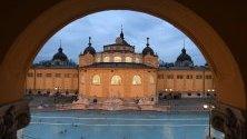 """Термалната баня """"Шчечени"""" в Будапеща. Построена 1913 г. тя е една от най-популярните атракции в унгарската столица и най-голямата за медицински цели в Европа."""