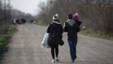 Мигранти вървят край гръцката граница край Пазаркуле, Одрин, Турция.